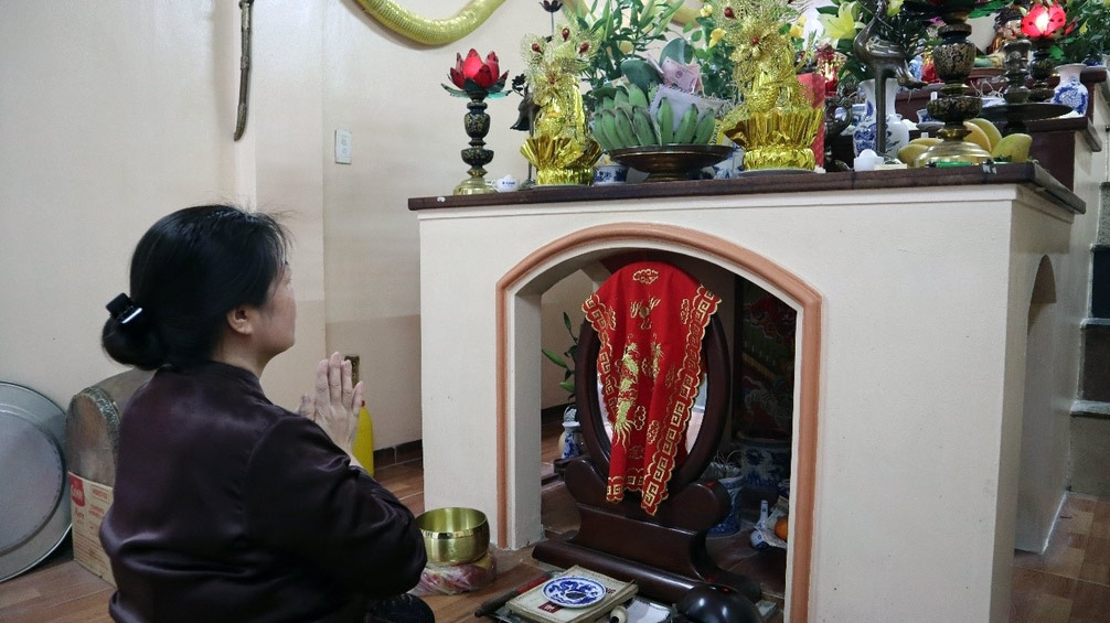 Thu Prays Before An Altar